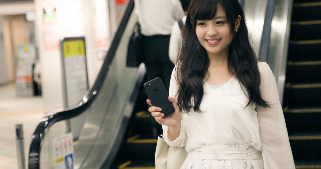 「財布や定期券を出さずにスマートフォンで駅の改札を出る女性 | ぱくたそフリー素材」の写真[モデル:河村友歌]