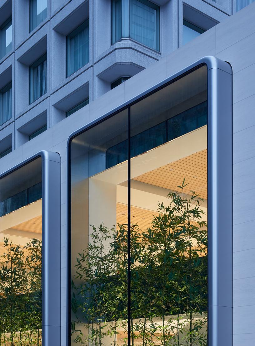 Apple丸の内の2階分の高さのあるヴィトリン・スタイルのショーウインドウ