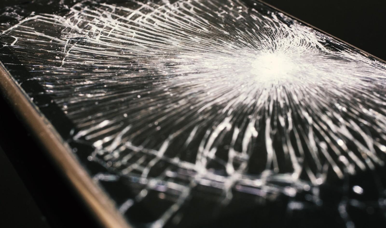 「割れた液晶画面(スマホ)」の写真